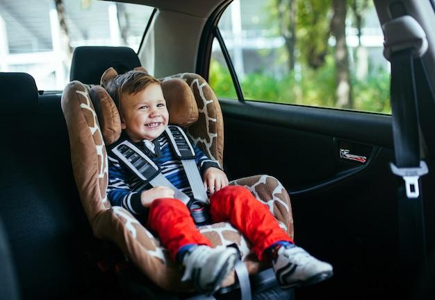 安全車の座席でかわいい男の子。 Premium写真