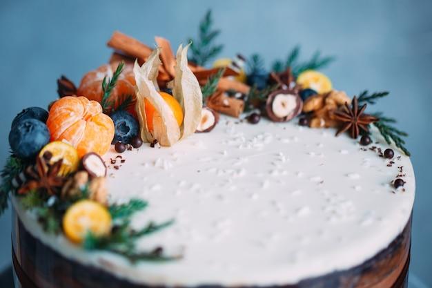 果物で飾られた裸のケーキ。 Premium写真