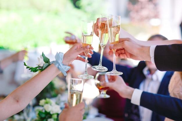 両手メガネと乾杯、幸せなお祭りの瞬間。 Premium写真