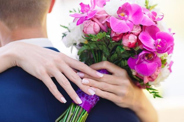 Жених и невеста руки, крупным планом. Premium Фотографии