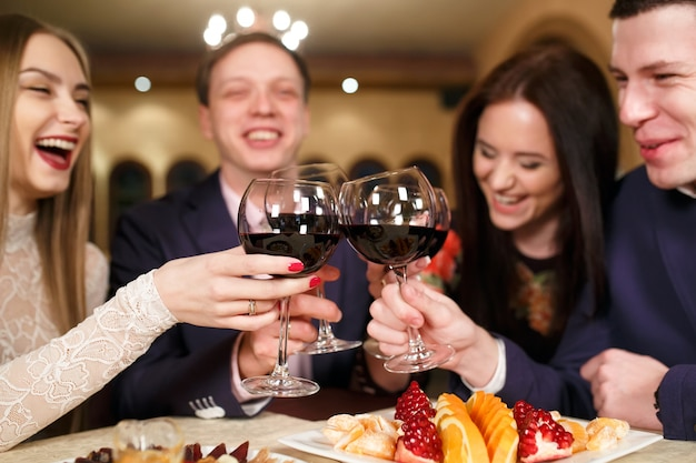 ワインを飲むレストランでの友達。 Premium写真
