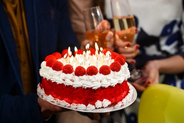 お誕生日おめでとうございます!グループの人がケーキを持っています。 Premium写真