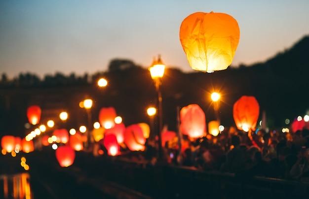 Люди на фестивале небесных фонариков Premium Фотографии