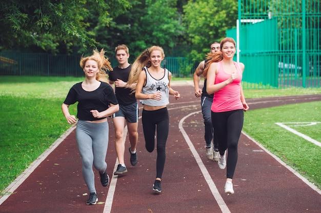 Профессиональные бегуны на беговой дорожке. Premium Фотографии