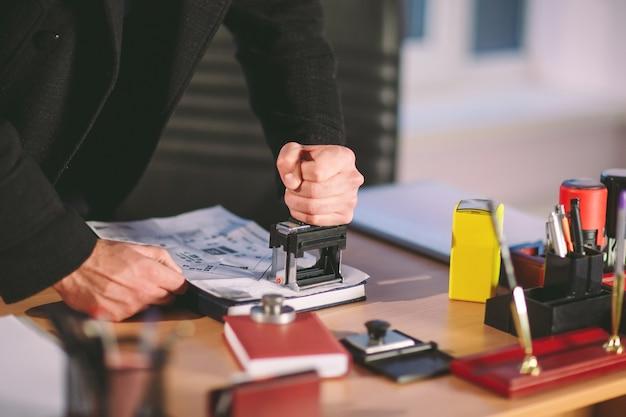 概念。泥棒はオフィスで盗みます。オフィスのスパイ。 Premium写真