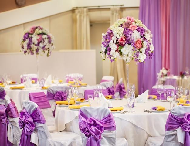 結婚式やその他のイベントディナーのテーブルセット。 Premium写真