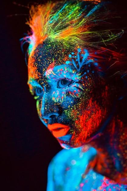 Портрет девушки окрашены в флуоресцентный порошок. Premium Фотографии