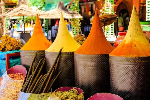 マラケシュ市場、モロッコでモロッコのスパイス屋台 Premium写真