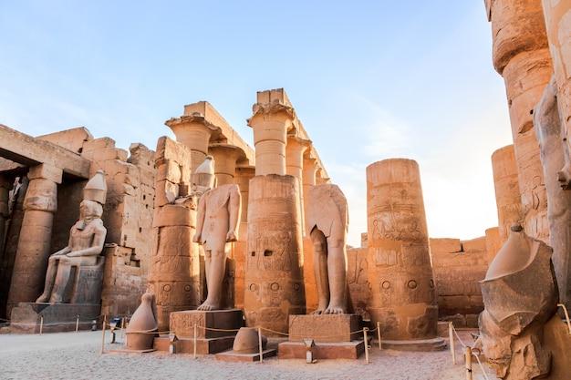 Статуя фараона в луксорском храме, египет Premium Фотографии