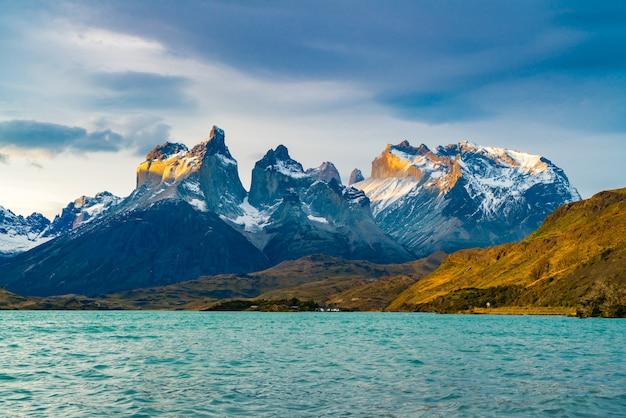 美しいクエルノスデルパイネ山とペホ湖の眺め Premium写真