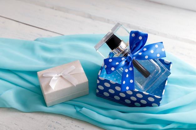 白いギフトボックスと女性香水の瓶。 Premium写真