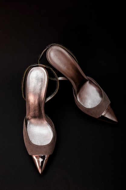 黒に分離されたシルバーレザーの女性靴 Premium写真