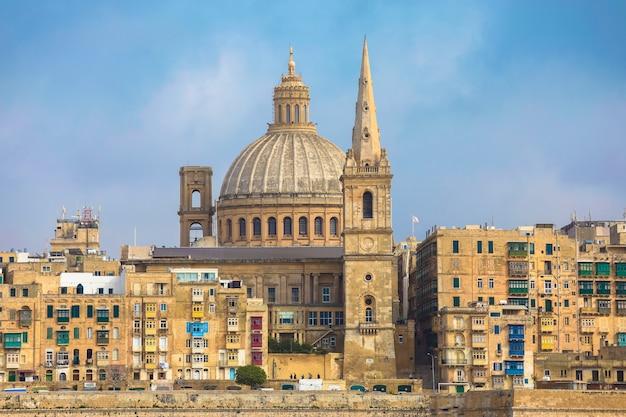 Мальта, валлетта, традиционный фасад здания дома и базилика богоматери горы кармель Premium Фотографии