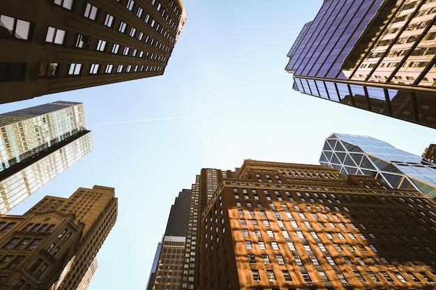 Глядя на небоскребы нижнего манхэттена, нью-йорк Premium Фотографии