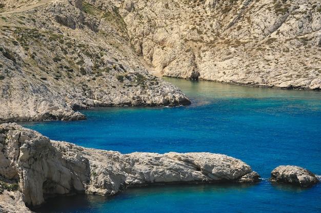 マルセイユとカシスの間に広がる地中海のそばのカランク国立公園海岸 Premium写真
