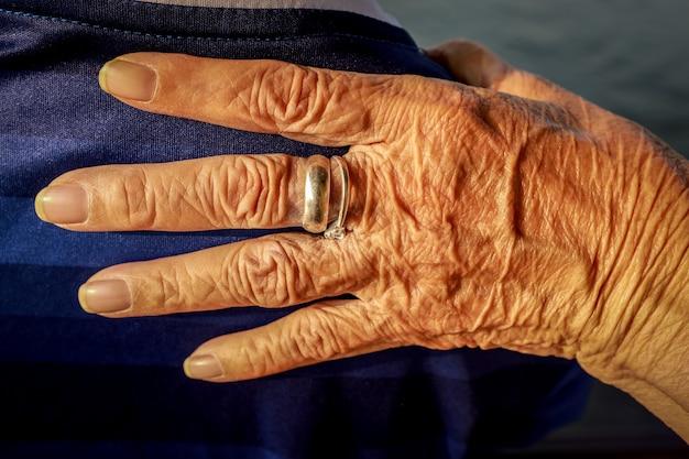 Пожилая морщинистая рука Premium Фотографии