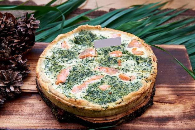 Киш с рыбой и шпинатом, вид сверху еды Premium Фотографии