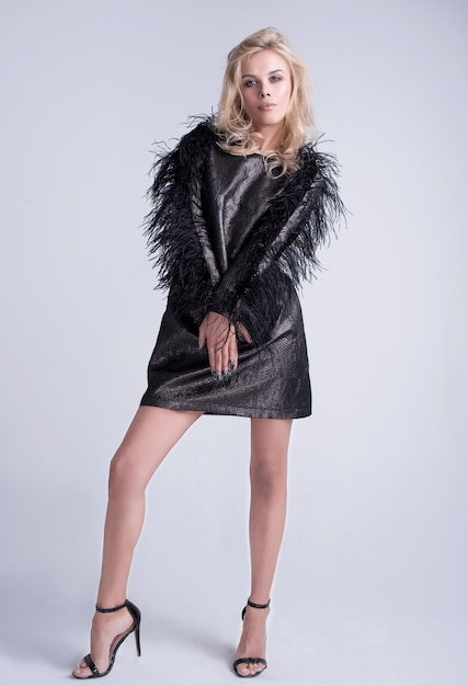 女の子のスタイリッシュな髪型とメイクモデルの灰色の背景にセクシーなグラマー女性。広告スペース Premium写真
