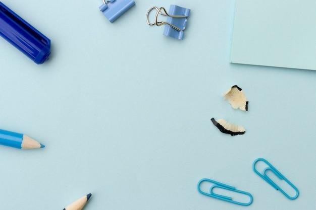 学校やオフィスに戻るスタイルのコンセプト、青い背景に青い学用品とフレーム Premium写真