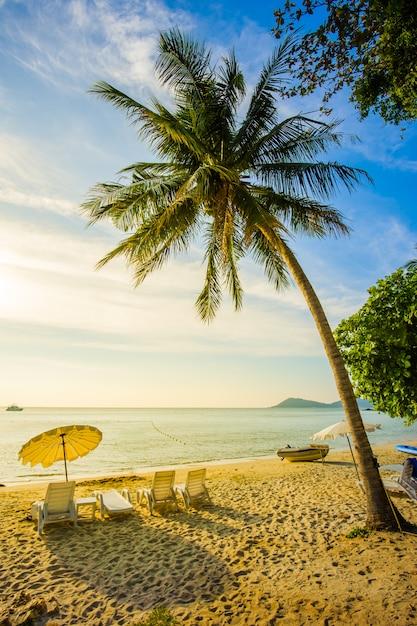 Красивый пляж с закатом на острове самед, таиланд Premium Фотографии