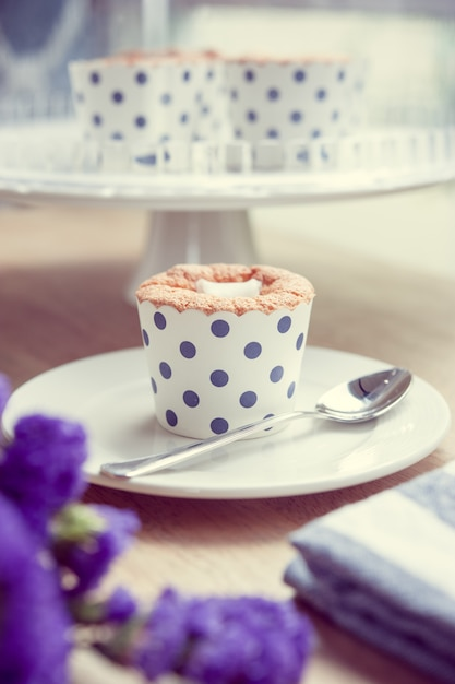 Кекс и лаванда винтажный цветовой тон Premium Фотографии