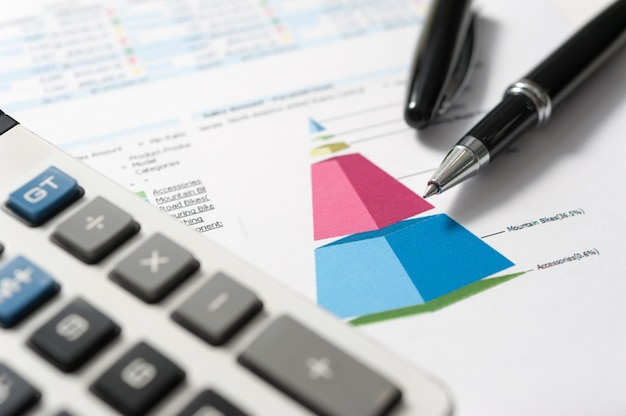 ペンとレポート用紙、ビジネスの概念 Premium写真