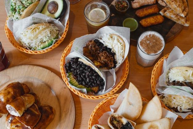 典型的なベネズエラ料理、アレパス、テク、ミルクセーキなど Premium写真