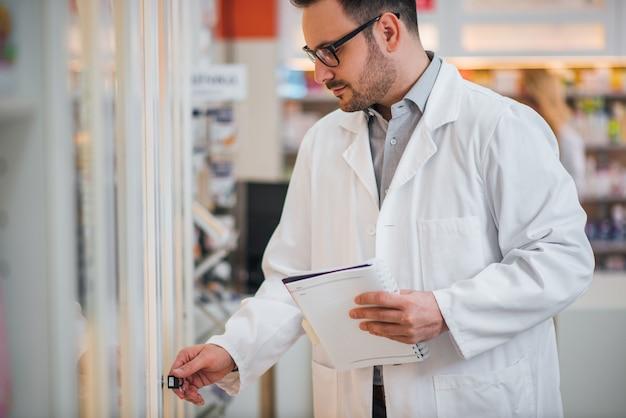 薬剤師が処方を押し薬局で薬をチェックします。 Premium写真