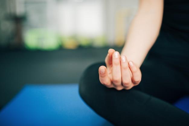 禅のコンセプトです。蓮華座の女性のクローズアップは、手に焦点を当てます。 Premium写真