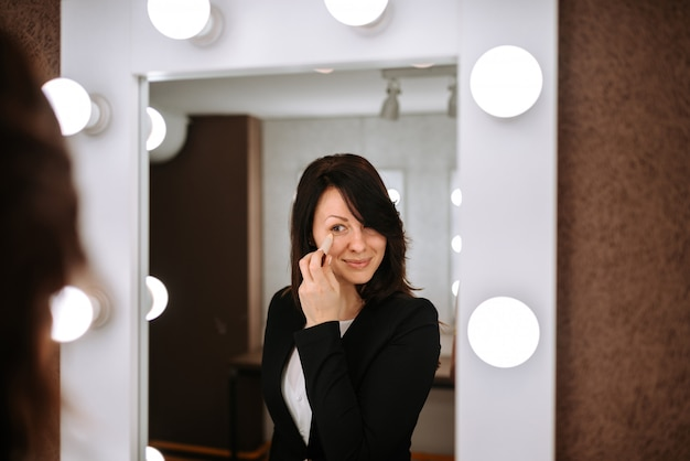 素敵な若い女性が化粧をしています。 Premium写真