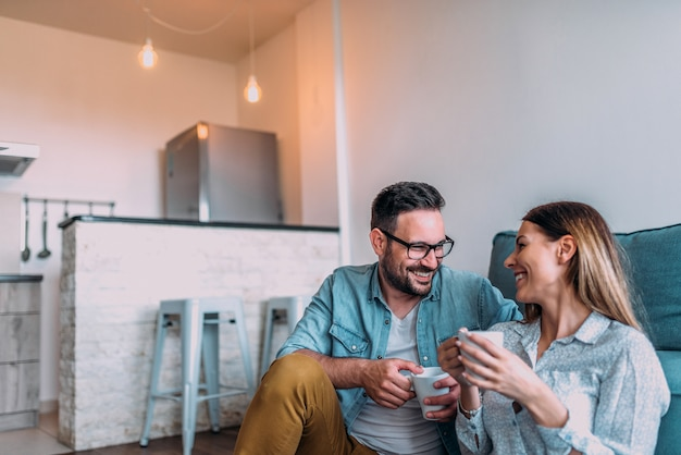 自宅で週末を楽しんでいる笑顔のカップル。 Premium写真