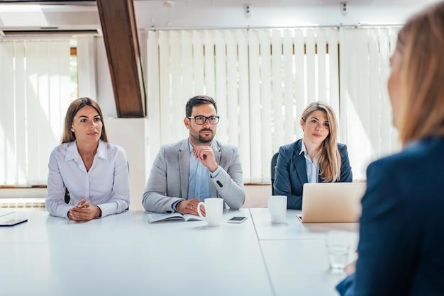 Кадровые менеджеры, берущие интервью у соискателей. Premium Фотографии