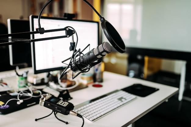 ラジオスタジオの机の上のマイク。 Premium写真