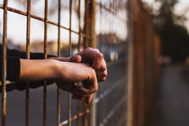 刑務所での手 Premium写真