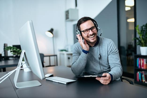 Счастливый красивый техподдержка агент разговаривает с клиентом. Premium Фотографии