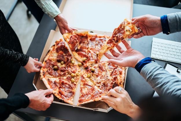 昼休み。ピザを食べます。 Premium写真