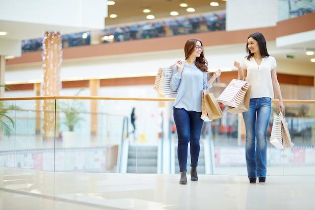 センターで話している買い物客 無料写真