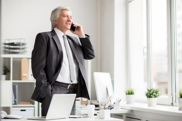 電話で話している実業家 無料写真