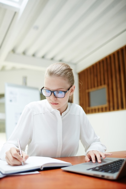 ノートを作る女の子 無料写真