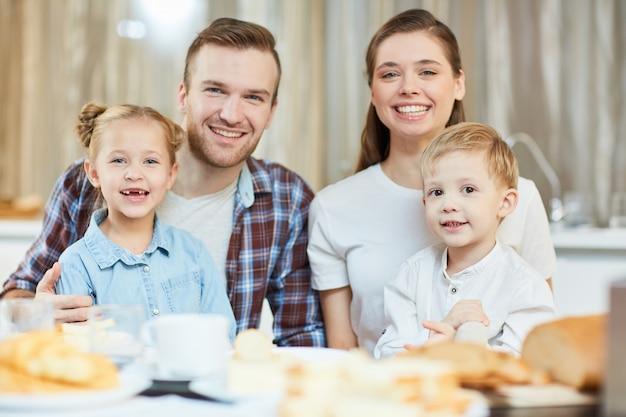 夕食を食べている家族 無料写真