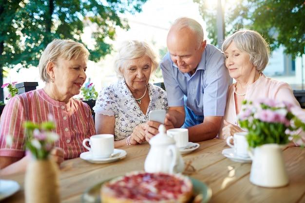 スマートフォンを持つ現代の高齢者 無料写真