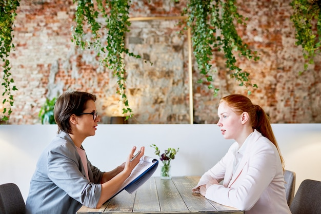 カフェでのインタビュー 無料写真
