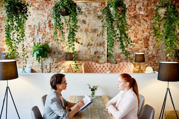 ファッショナブルなレストランでのインタビューの実施 無料写真