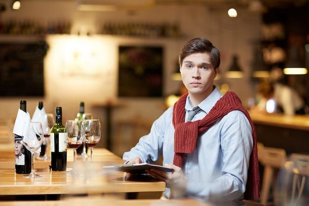 Человек сравнивая вино Бесплатные Фотографии