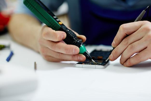モバイル機器の電圧を確認する 無料写真