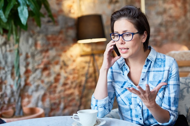 電話交渉を行うかなりの起業家 無料写真