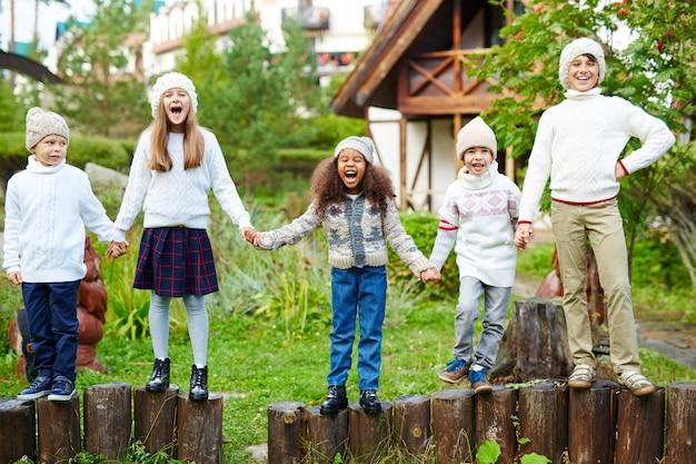 屋外で遊ぶと叫んで幸せな子供 無料写真