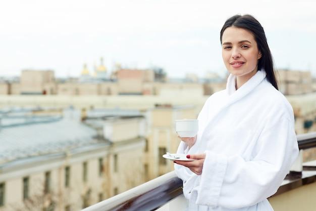お茶を持つ女性 無料写真