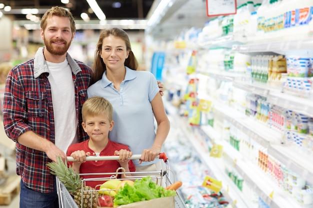Семья в гипермаркете Бесплатные Фотографии