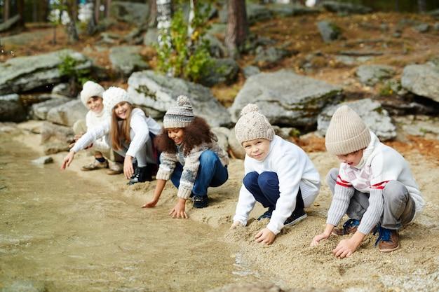 湖で水と遊ぶ子供たち 無料写真